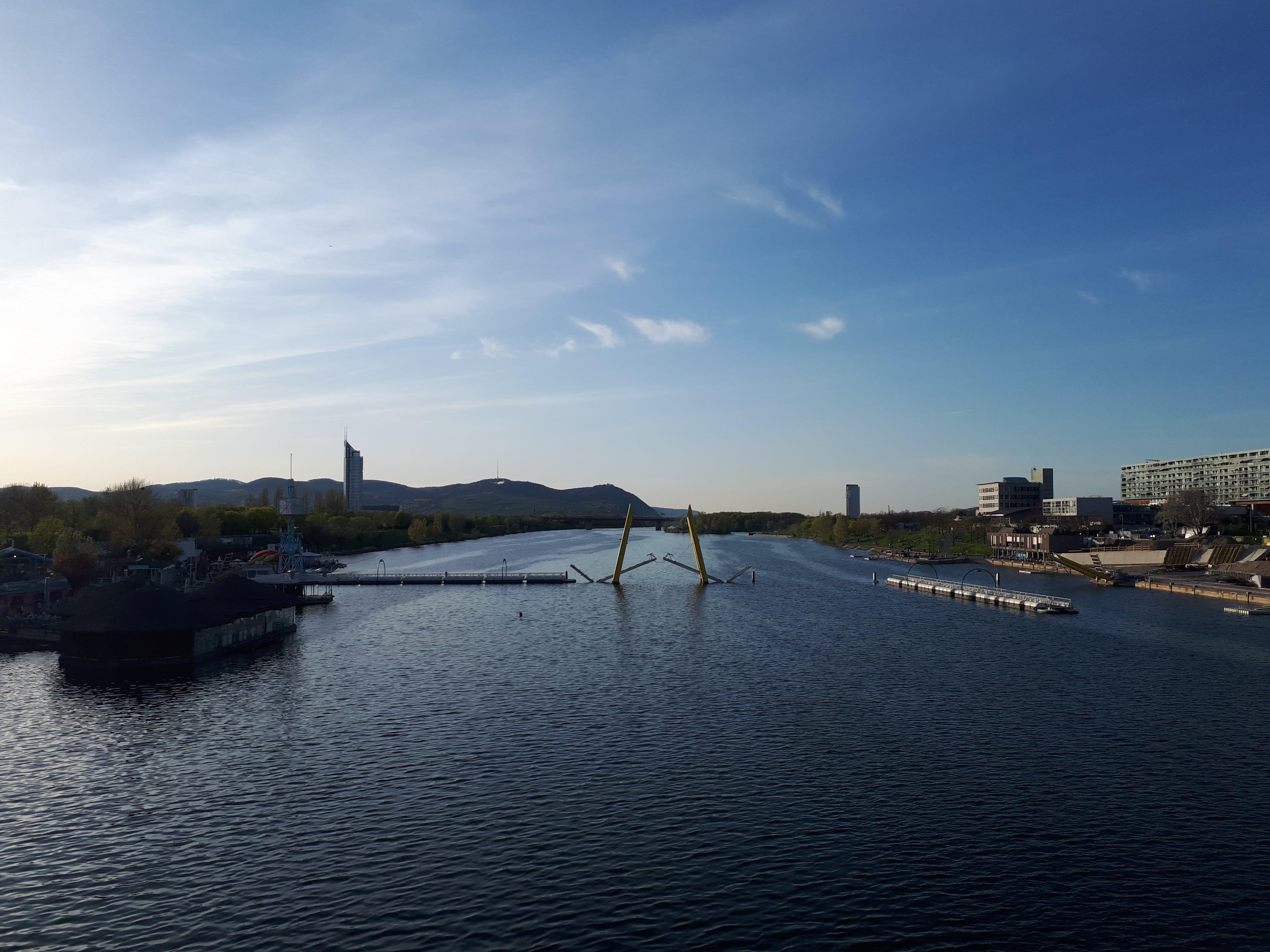 Donauinsel in der Sonne, blauer Himmel