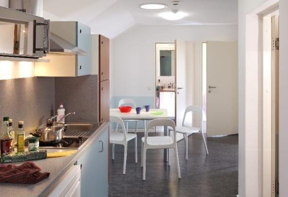 Küchenzeile mit einem Tisch und Sesseln
