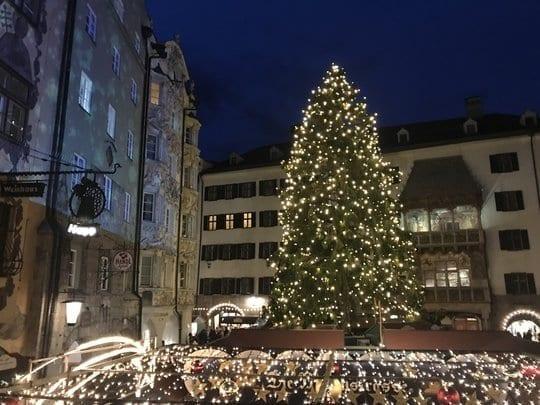 Ein beleuchteter Weihnachtsbaum in der Altstadt