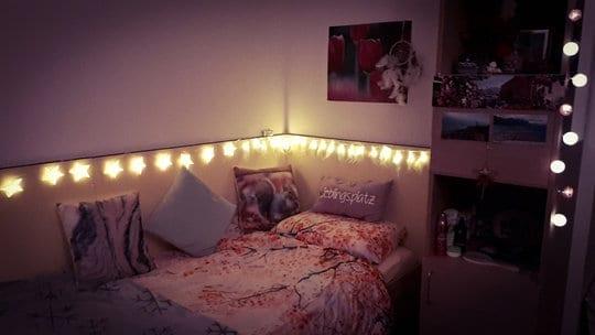 Einzelzimmer bei Nacht