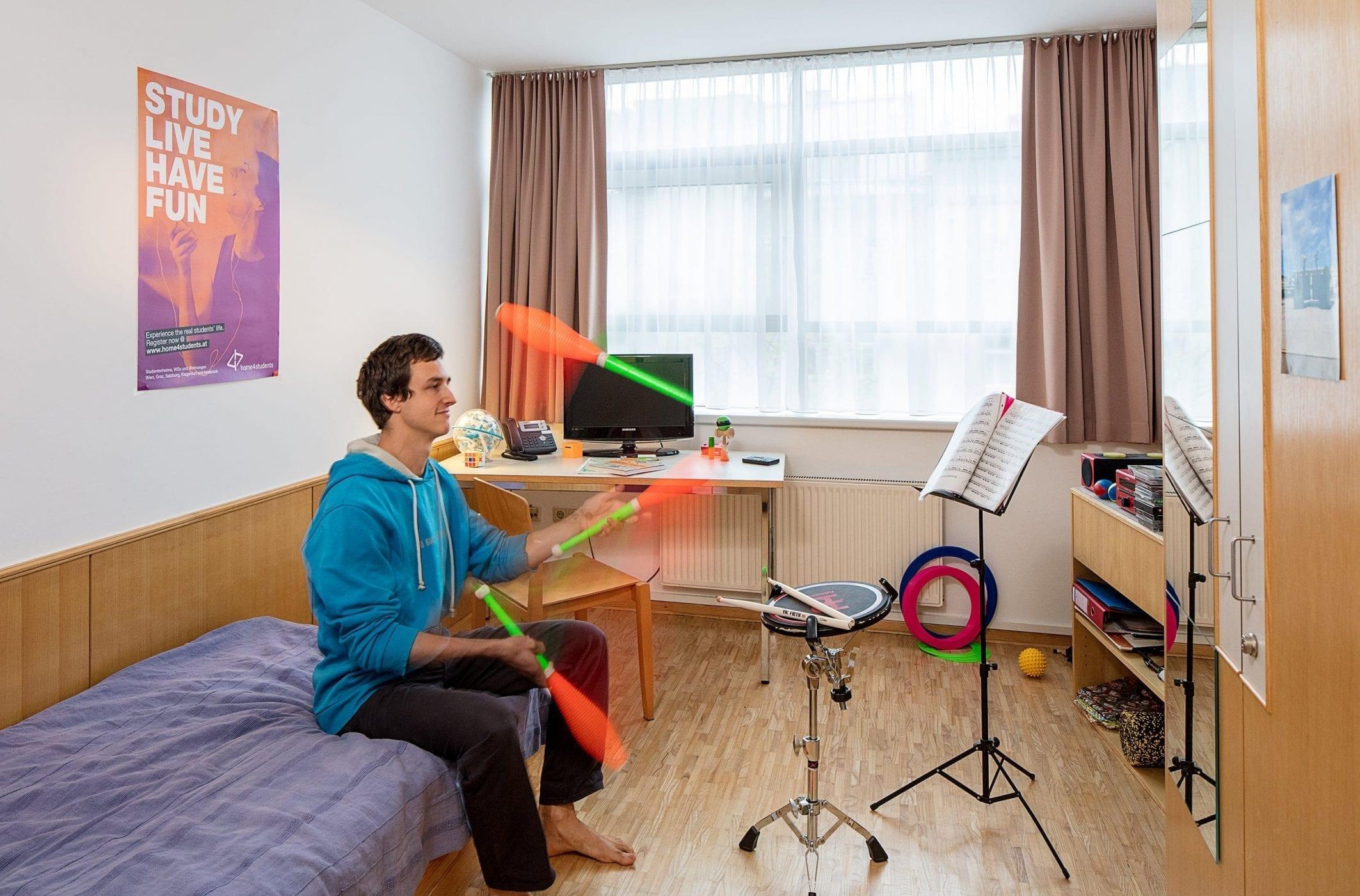 Einzelzimmer, jonglierender Bewohner