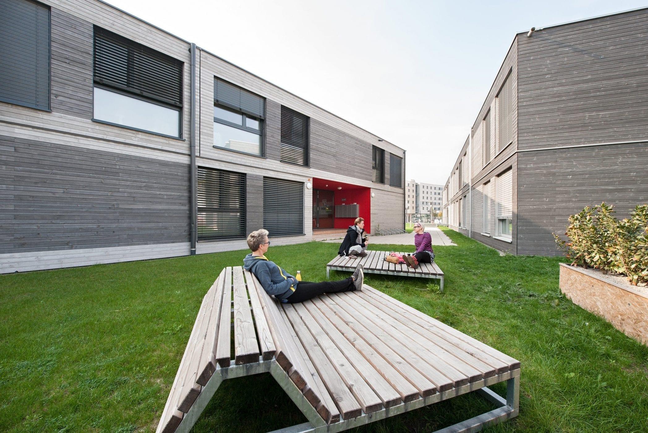 Außenbereich mit Holzliegen