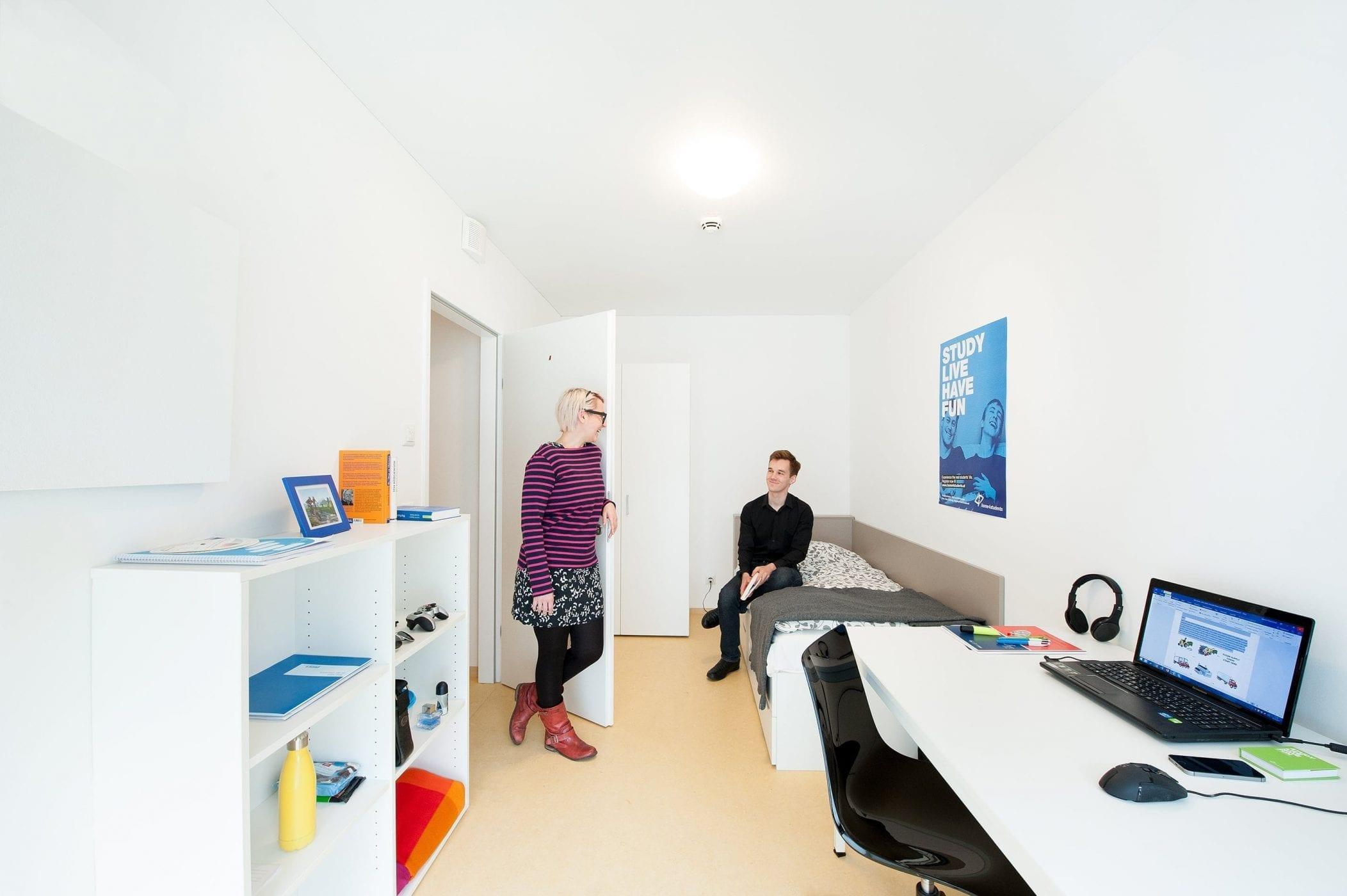 Einzelzimmer mit Bewohnerinnen