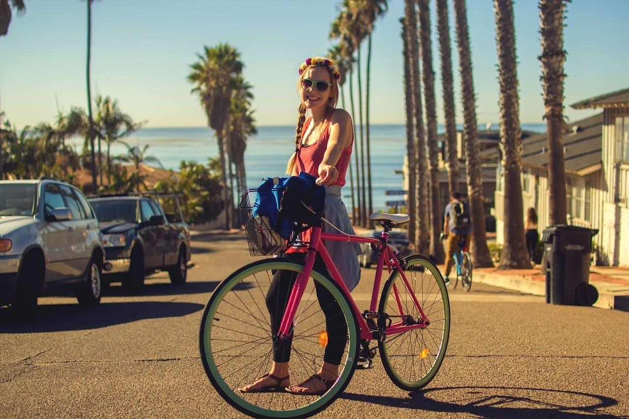Frau mit bunten Fahrrad in Californien