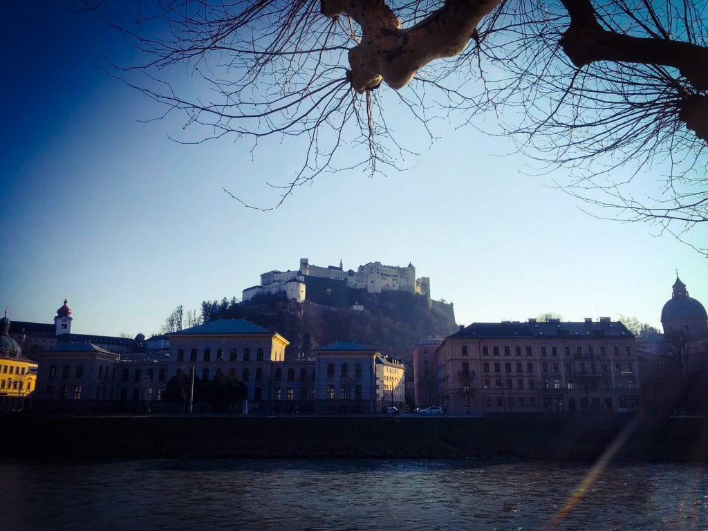 Blick vom Wasser auf Salzburg