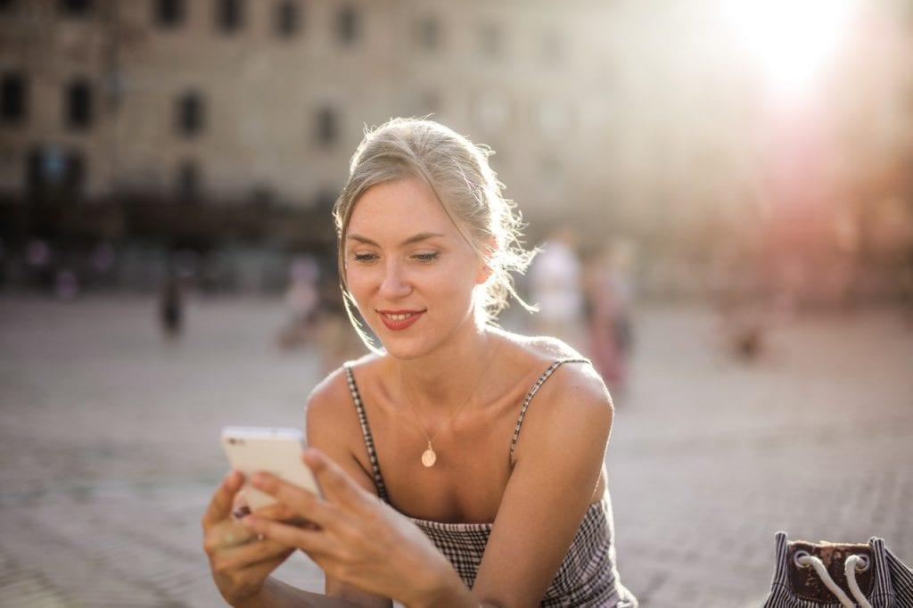 Frau schaut auf's Handy