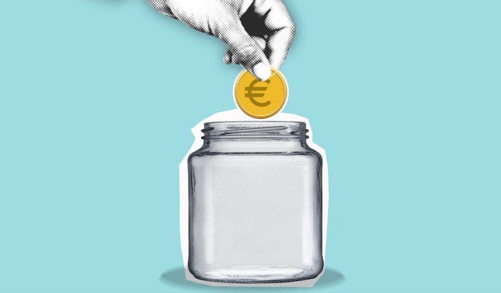 jemand wirft einen Euro in ein Sammelglas