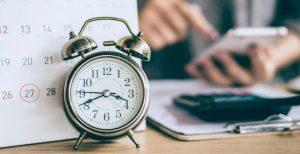 Kalender und Wecker im stressigen Alltag