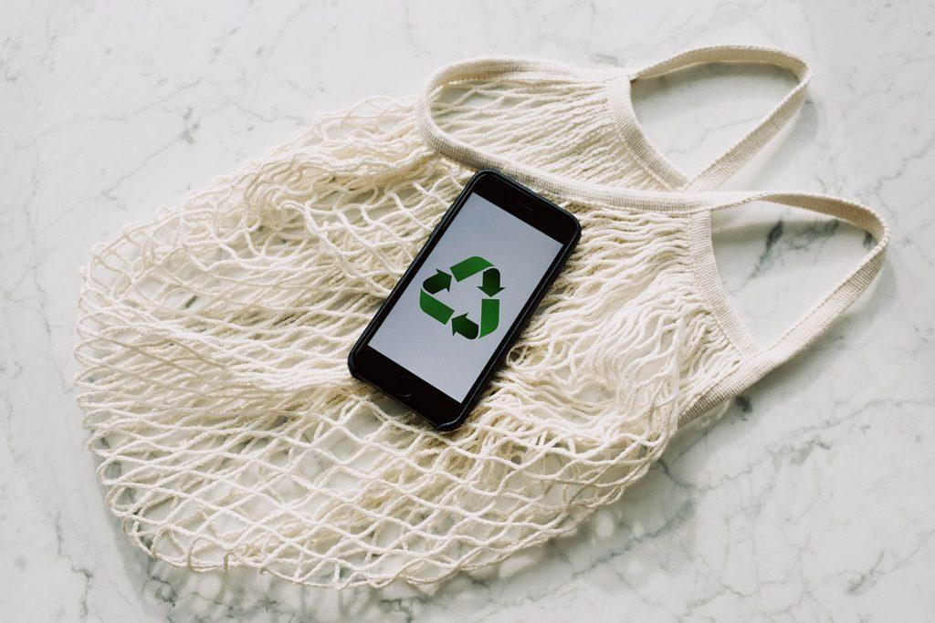 Ein Handy mit dem Recyling Zeichen